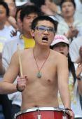 图文:[中超]江苏2-0青岛 半裸男助阵