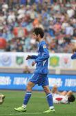 图文:[中超]江苏2-0青岛 受伤倒地
