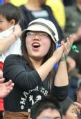 图文:[中超]江苏2-0青岛 女球迷疯狂