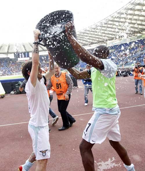 拉齐奥球员泼水