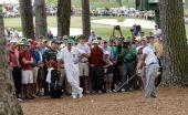 图文:美国名人赛第三轮 观众注视伍兹赛中挥杆