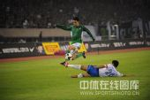 图文:[中超]杭州3-2广州 蔡楚川遭遇飞铲
