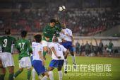 图文:[中超]杭州3-2广州 门前混战争顶头球