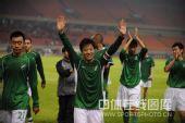 图文:[中超]杭州3-2广州 马成带领队员退场