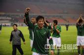 图文:[中超]杭州3-2广州 马成挥拳庆祝胜利