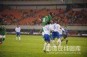 图文:[中超]杭州3-2广州 黑风双煞高高跃起