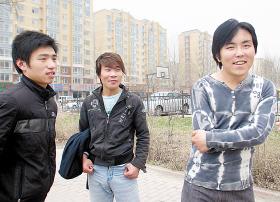 救人的徐飞(右)和两位伙伴   本报记者 惠禾 摄