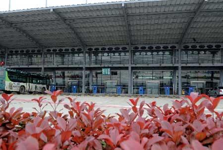 昌南汽车客运站的发车区空空荡荡(4月12日摄)。