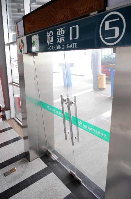 昌南汽车客运站候车室的11个检票口中有10个大门紧锁(4月12日摄)。