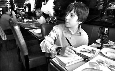 大卫·费舍曼边吃边做笔记