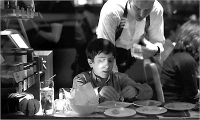 大卫·费舍曼在餐厅品尝美食