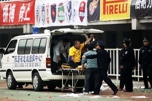 图文:[中超]陕西一球迷摔下看台 被送上救护车