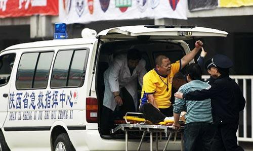 图文:[中超]陕西一球迷摔下看台 非常疼痛
