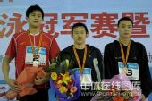 图文:刘维佳获男400混合冠军 前三名合影留念