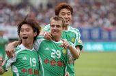 图文:[中超]成都0-2北京 大格和杨昊庆祝