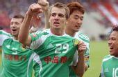 图文:[中超]成都0-2北京 大格挥拳庆祝进球