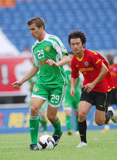 图文:[中超]成都0-2北京 大格背身护球