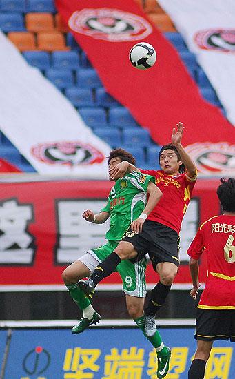 图文:[中超]成都0-2北京 杜文辉高空争顶