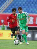 图文:[中超]成都0-2北京 马季奇带球突破