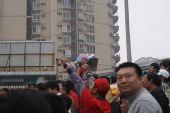 图文:[中超]重庆1-2河南 手持垃圾的河南球迷