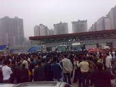 图文:[中超]重庆1-2河南 重庆球迷包围出口
