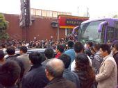 图文:[中超]重庆1-2河南 重庆球迷包围大巴