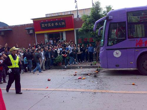 图文:[中超]重庆1-2河南 重庆球迷砸大巴