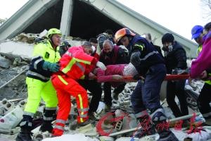 地震后救援人员救援