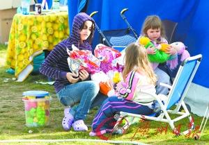 4月12日,在意大利拉奎拉市的灾民安置点,孩子们打开复活节礼物。