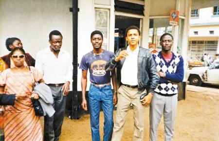 巴拉克·奥巴马(右二)1987年与萨姆森·奥巴马(右三)在肯尼亚相认。