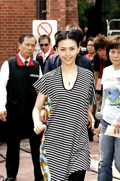 燕姿在台北办签唱会