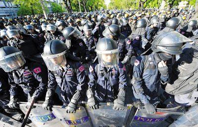 泰国军警严阵以待