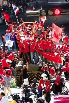 12日,泰国,反政府示威者夺取一辆军用装甲车后在上面庆祝