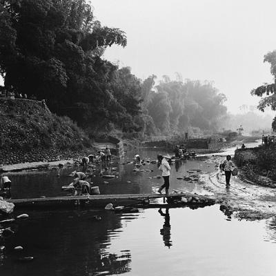 阮义忠此次在上海展出的照片都是120相机拍出的正方形构图照片