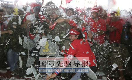 """泰国""""红衫军""""冲破军警防线强行闯入帕塔亚的东盟峰会会场。路透社"""