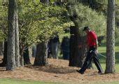 图文:美国大师赛收杆伍兹夺得第六名 球场漫步