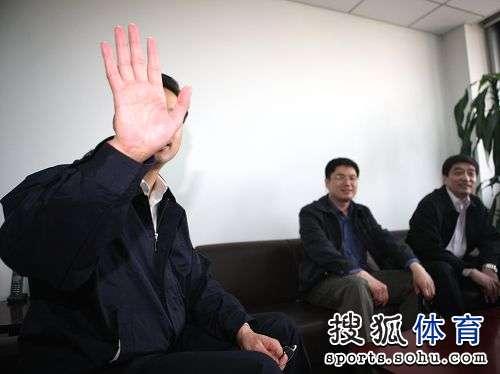 图文:足协新副主席上任 林晓华挥手