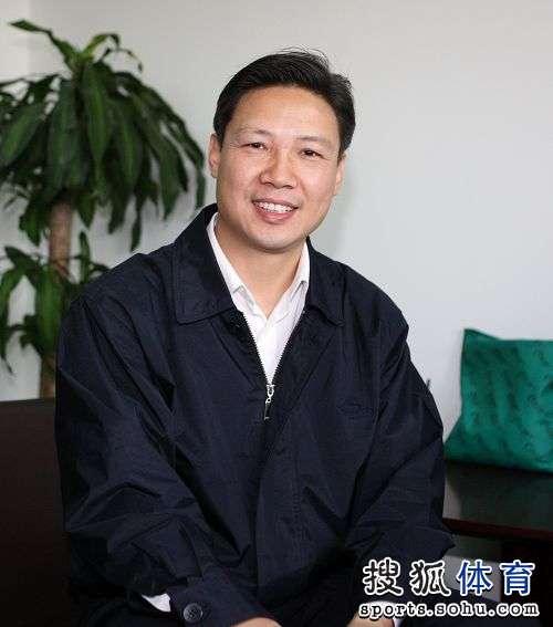 图文:足协新副主席上任 林晓华面对镜头