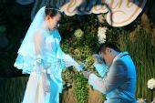图:丫蛋王金龙结婚-王金龙被感动落泪