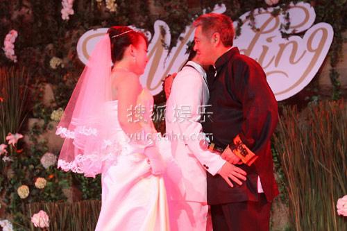 图:丫蛋王金龙结婚 王金龙拥抱师父赵本山