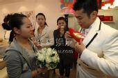 图:丫蛋结婚新郎王金龙迎亲-派发红包