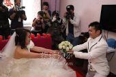 图:丫蛋结婚新郎王金龙迎亲-献上花束
