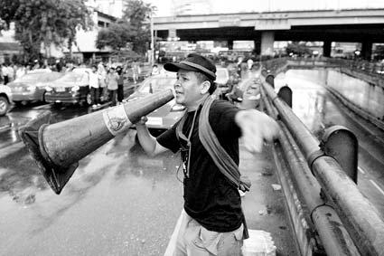 红衫军一名成员,手举喇叭,号召示威者阻止军方实施驱散行动