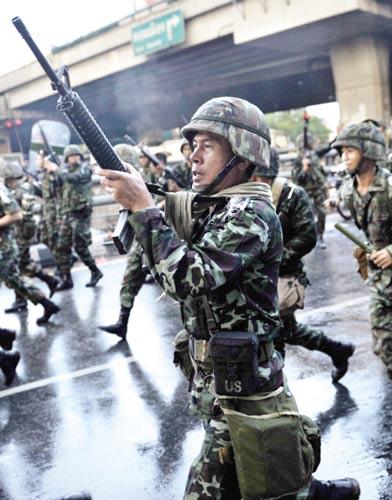 泰士兵向示威者鸣枪示警 IC供图
