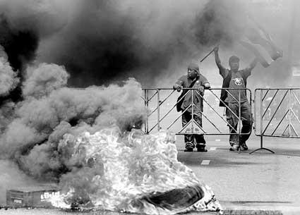 13日,红衫军在曼谷街头点燃路障,阻止军方的驱散行动
