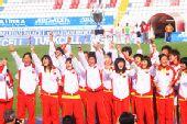 图文:重庆中学夺世界冠军 队员上台领奖