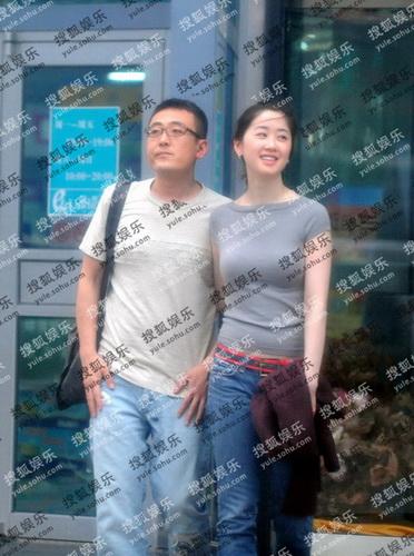 窦文涛与女友当街亲昵