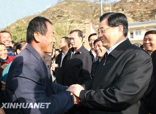胡锦涛总书记2008年视察安塞。资料图