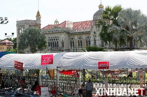 2009年4月14日 泰国外交部说曼谷局势恢复正常 4月14日,两名男子在泰国曼谷总理府外收拾遗留的集会用品。当天下午,泰国外交部发表公报说,首都曼谷的局势已经逐步恢复正常。反独裁民主联盟(反独联)领导人已经向政府方面自首,并要求示威者结束抗议活动。 新华社记者张凤国摄