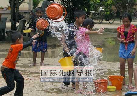 4月14日,曼谷街头恢复了泼水节的节日气氛。法新社